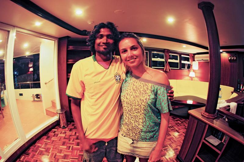 """Manoela com Iboo, o """"surf guide"""" mais disputado do barco"""