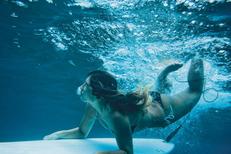 Julia Gurgel dá um joelhinho nas águas cristalinas das Maldivas