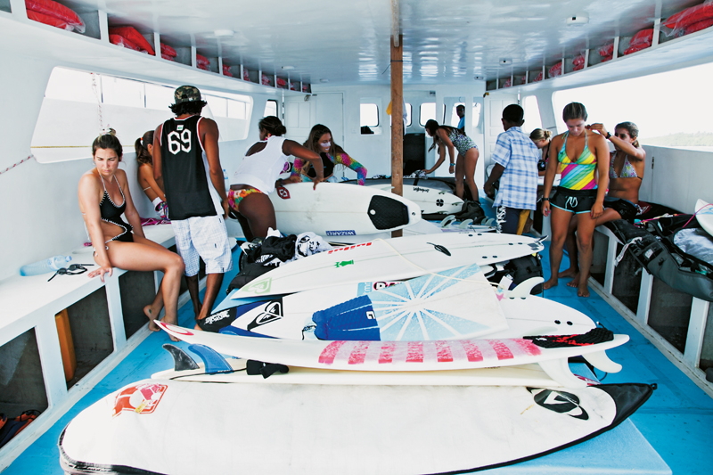 Se preparando para uma sessão de surf. As pranchas tinham um barco só delas