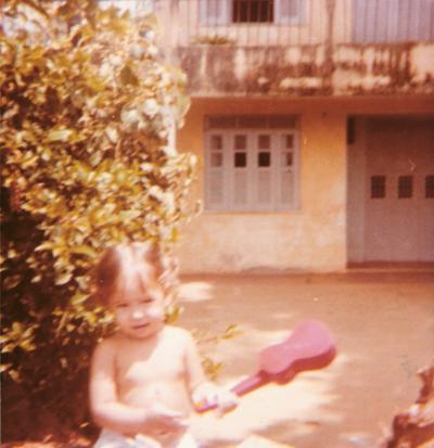 Na casa de uma tia em Salvador, com 1 ano, já chegada num violãozinho
