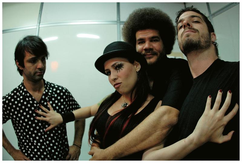 com os camaradas de banda, Duda (baterista, de camisa de bolinhas, com quem Pitty namorou por oito anos), Joe (cabelo black) e Martin (barbinha) : Nunca fui de ter amiga mulher