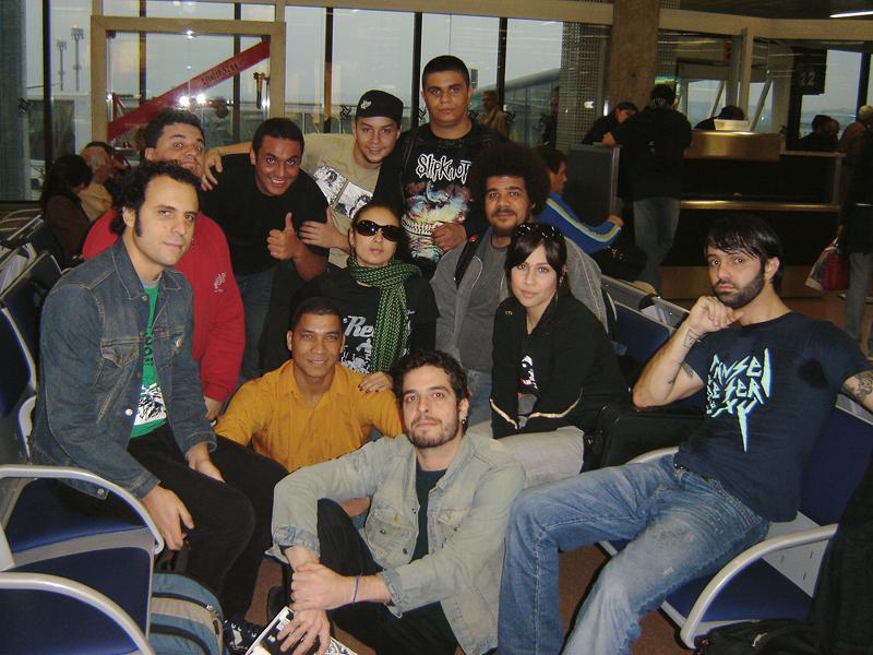 A trupe prestes a embarcar para a primeira viagem internacional, o Rock in Rio em Lisboa, 2006