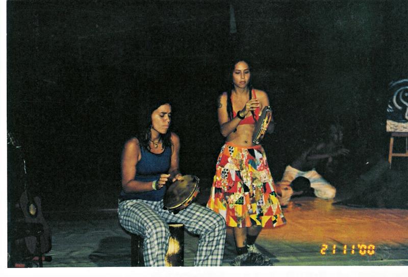 Em 2002, de top vermelho, na Universidade Federal da Bahia, estudando os ritmos do pandeiro