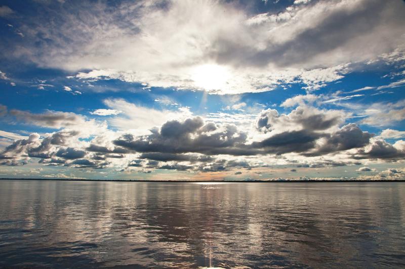 À medida que o barco avançava, as nuvens se aproximavam