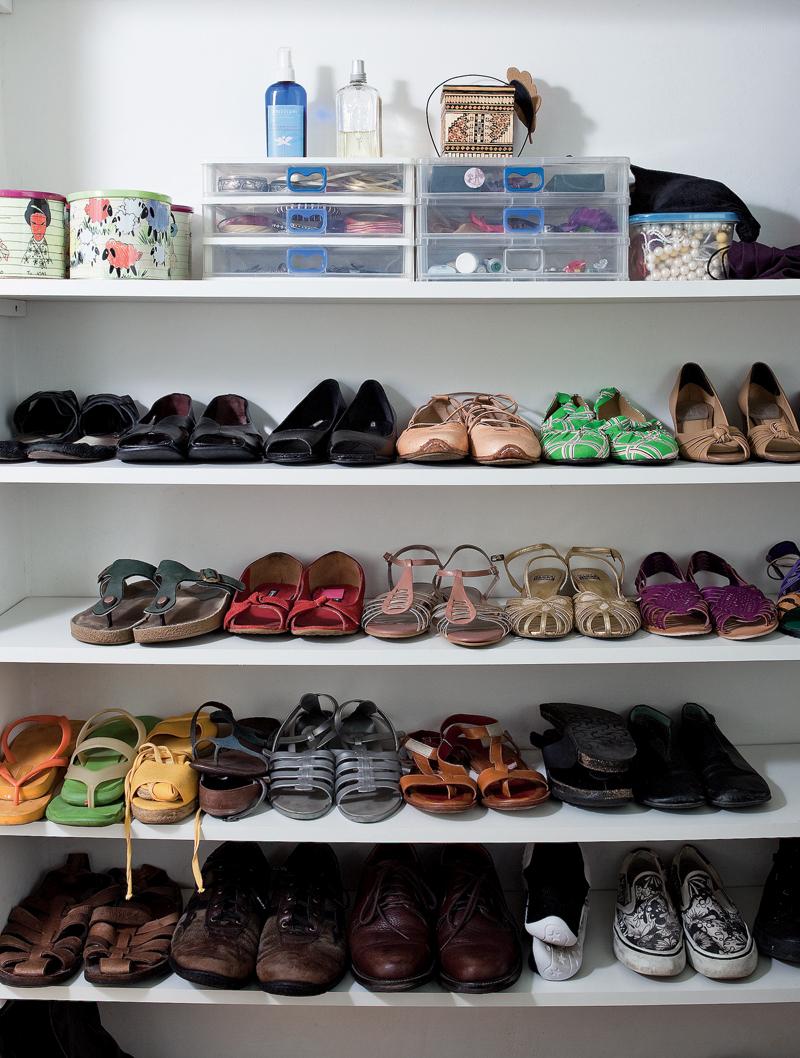 Detalhe do closet que guarda os sapatos do casal: as prateleiras vazadas foram desenhadas por ela e encomendadas para a Madero Marcenaria
