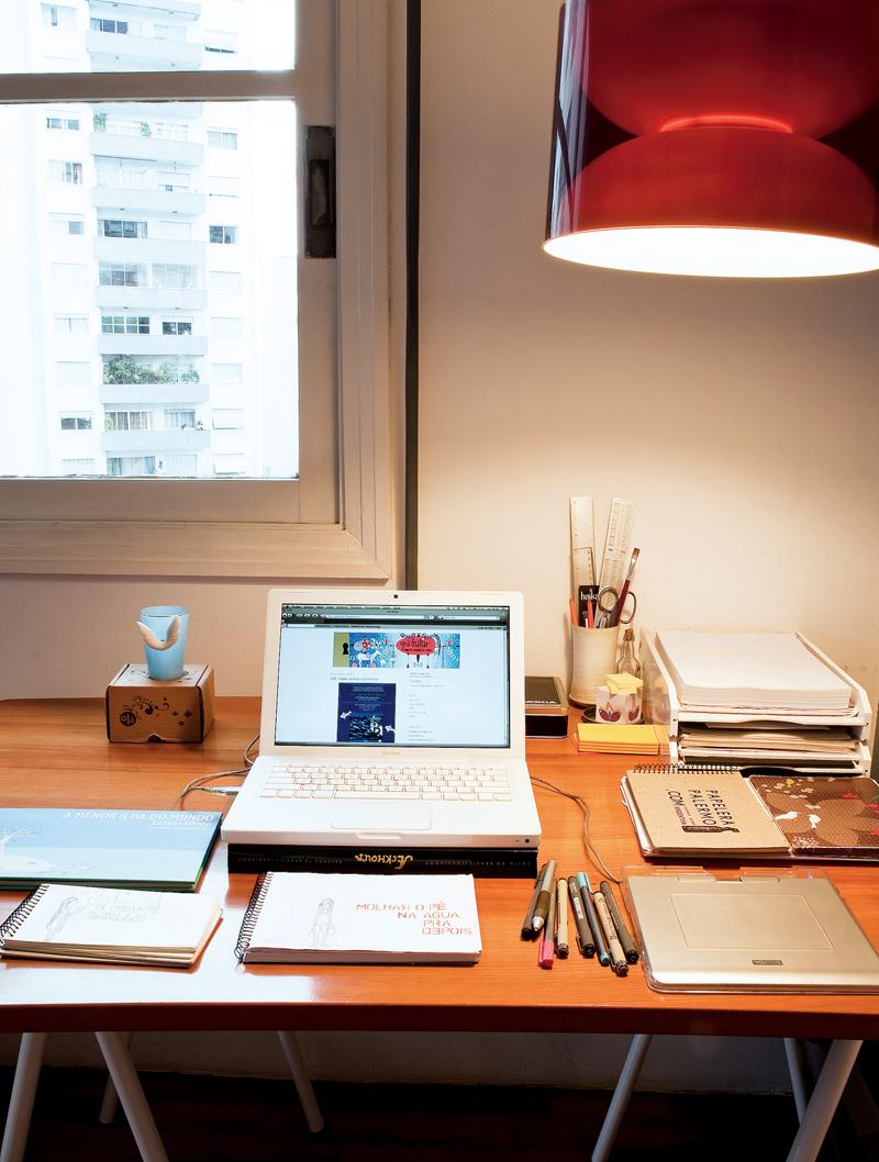 A mesa de trabalho dela, que fica no quarto do casal, teve os pés de ferro trocados por dois cavaletes de alumínio branco