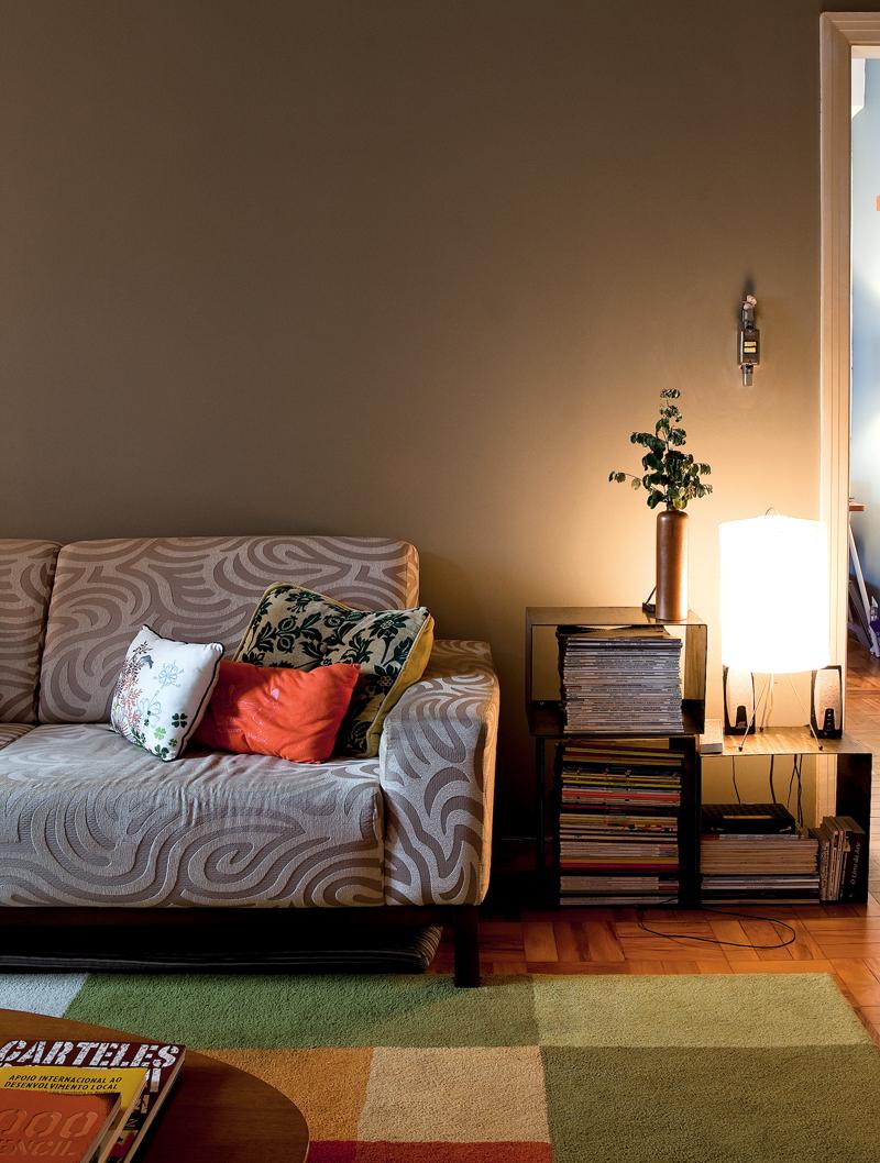 Nichos feitos de metal por um serralheiro serviam como estante e foram colocados ao lado do sofá como mesa de canto. A luminária é da Etnix e Graziella jura que pagou R$ 9,99 por ela
