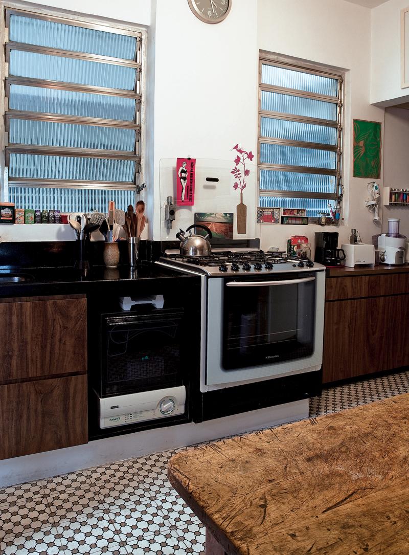 Os móveis embutidos da cozinha foram feitos pela amiga da Madero Marcenaria. O piso de ladrilho hidráulico foi comprado na Della Piage e a mesa mineira era da mãe de Leandro, o maridão