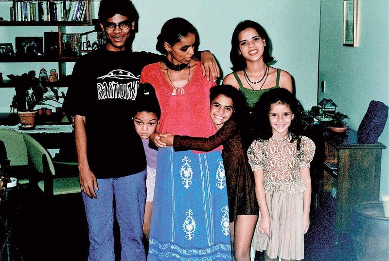 Com os quatro filhos: Danilo, Moara, Mayara e Shalon (a menina à dir. é amiga da filha)