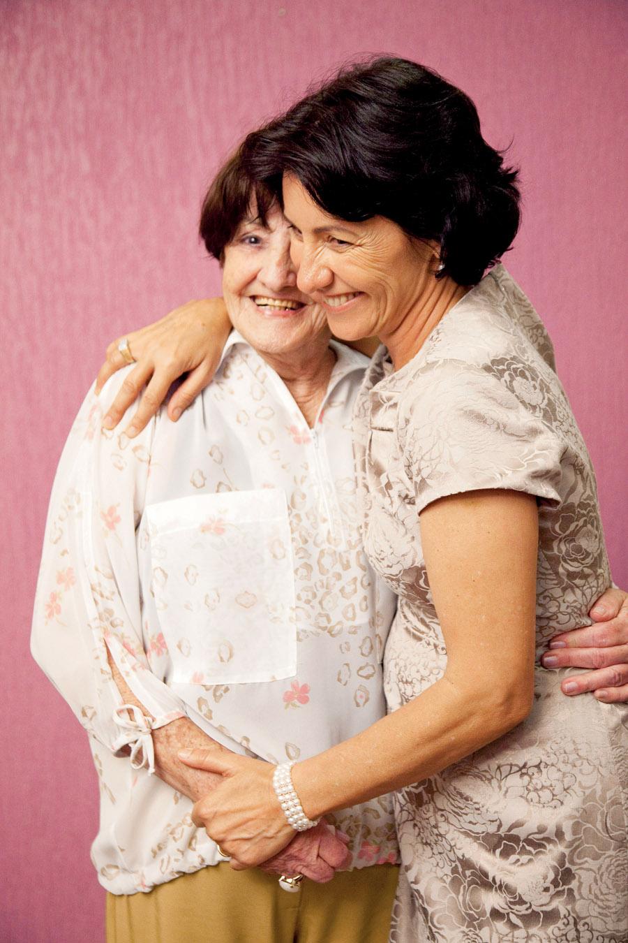 Em seu casamento, com a mãe