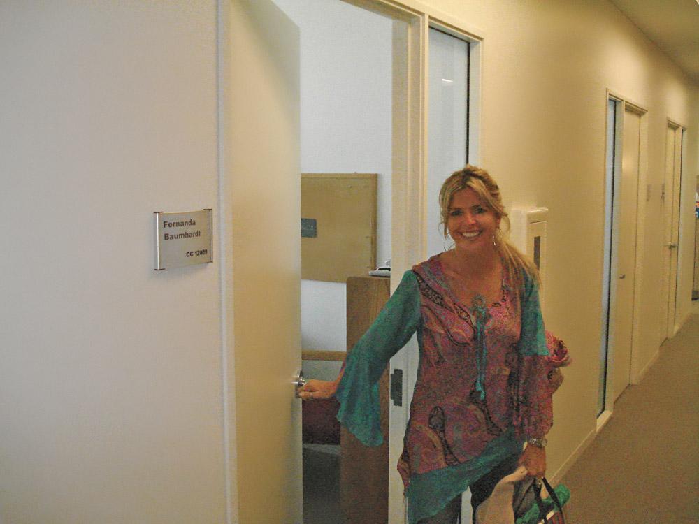 Fechando a porta de seu escritório na CNN, em 2007, em seu último dia de carreira corporativa