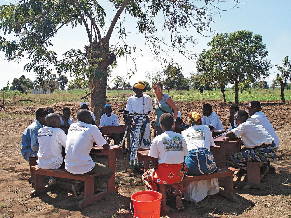 Em Mphunga, ensinando os aldeões a filmar