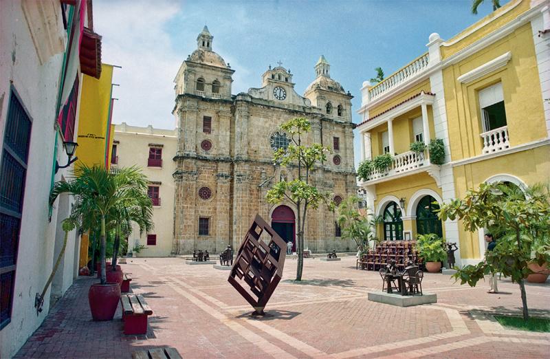 O casario se abre para a praça com igrejas, museus e monumentos