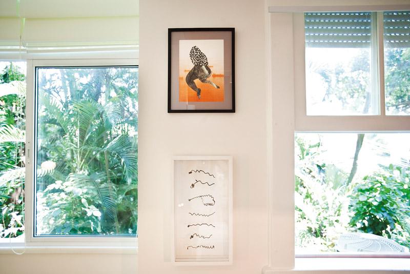 O quadro de cima foi um presente da amiga indiana Radhika Khingi. O de baixo é da artista Mônica Carvalho