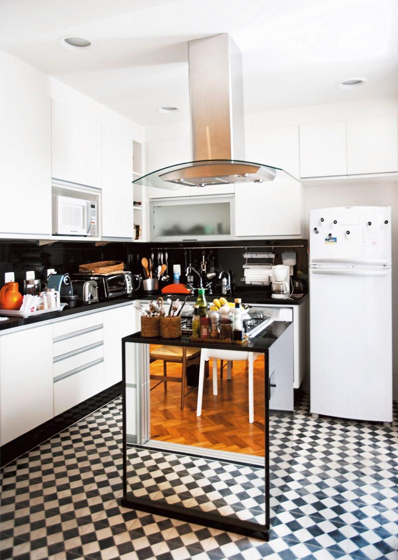 O chão de ladrilho hidráulico imita desenho dos anos 50 e deixa a cozinha com cara de bistrô francês. O espelho aumenta o ambiente