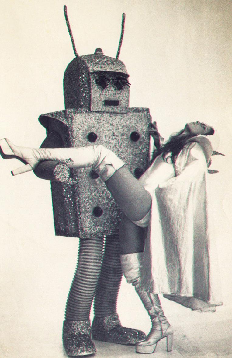 """Sonia dentro do robô que criou para lançar """"I am your Automatic Lover"""", de  Dee D Jackson (que ganhou disco de ouro), nos programas de Silvio Santos e Chacrinha,  nos anos 70. Primeira vez que uma música foi lançada na TV"""