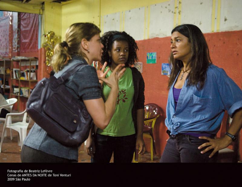 Dira Paes, no papel de uma líder comunitária, contracenando com Leandra Leal e Erica Ribeiro. Abaixo, na Estação da Luz, em São Paulo, com o diretor Toni Venturi