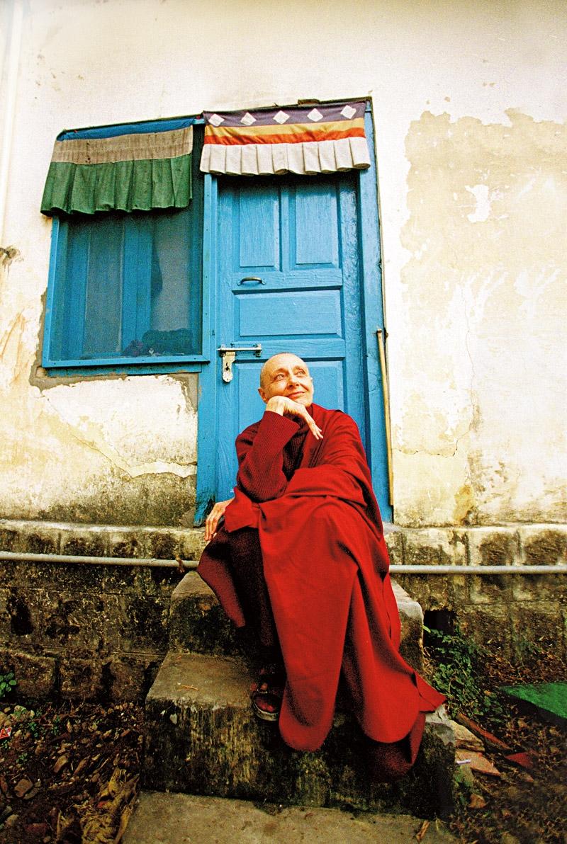 Tenzin Palmo na Índia, em julho de 2005; na outra pág., descansando do lado de fora da caverna onde viveu por 12 anos