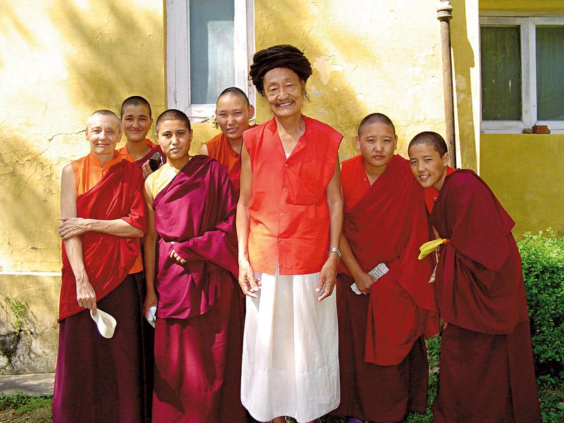 Tenzin com as monjas seniores de seu monastério, o DGL, na Índia, em 2004