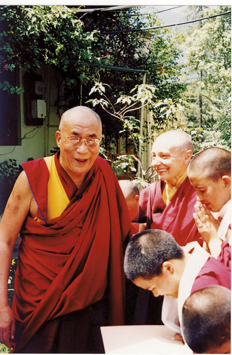 Tenzin recebe a visita de sua santidade, dalai-lama, em 2002