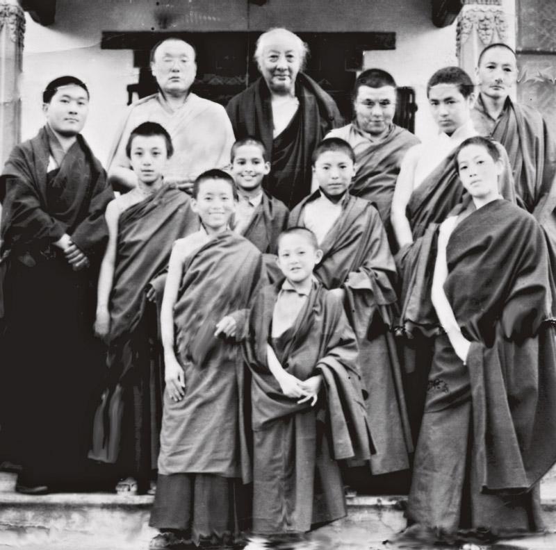 De óculos, em pé, Khamtrul Rinpoche, que iniciou Tenzin como monja budista aos 21 anos