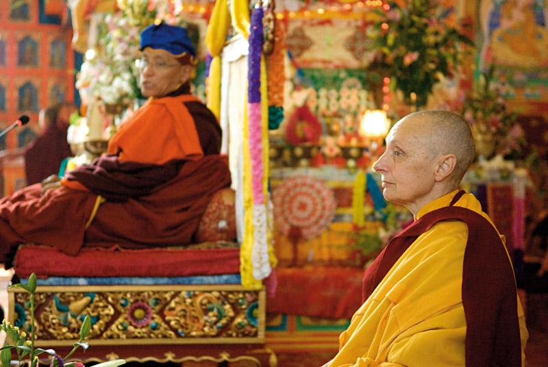 Tenzin ao lado de sua santidade Gualwang Drukpa, que a concedeu o título de Jetsunma