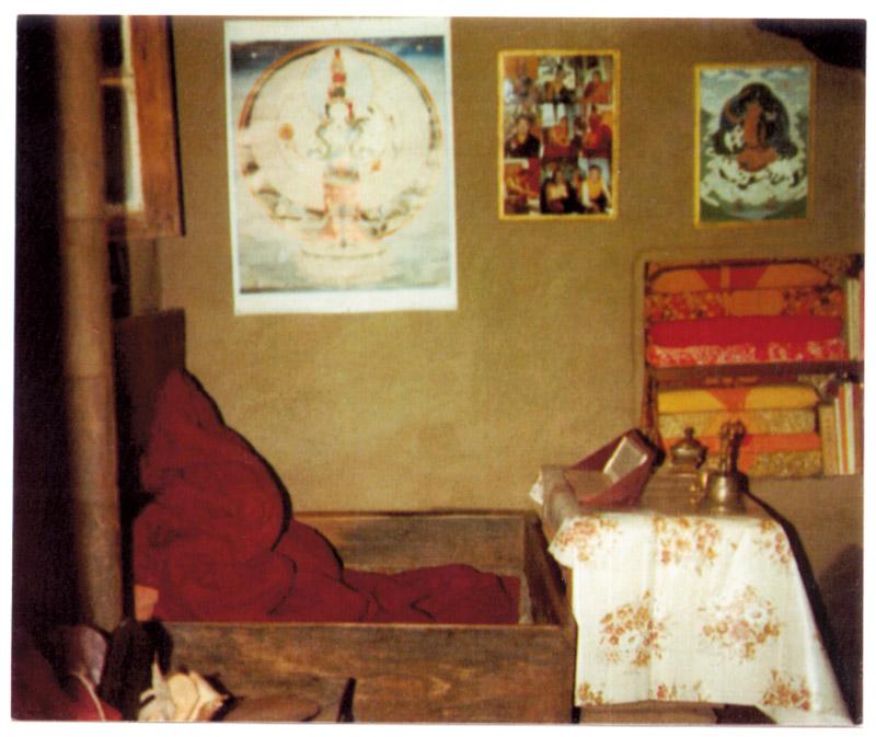 """A mobília da caverna: entre os """"móveis"""", a caixa de madeira de 80 x 80 centímetros que foi a """"cama"""" de Tenzin por 12 anos"""