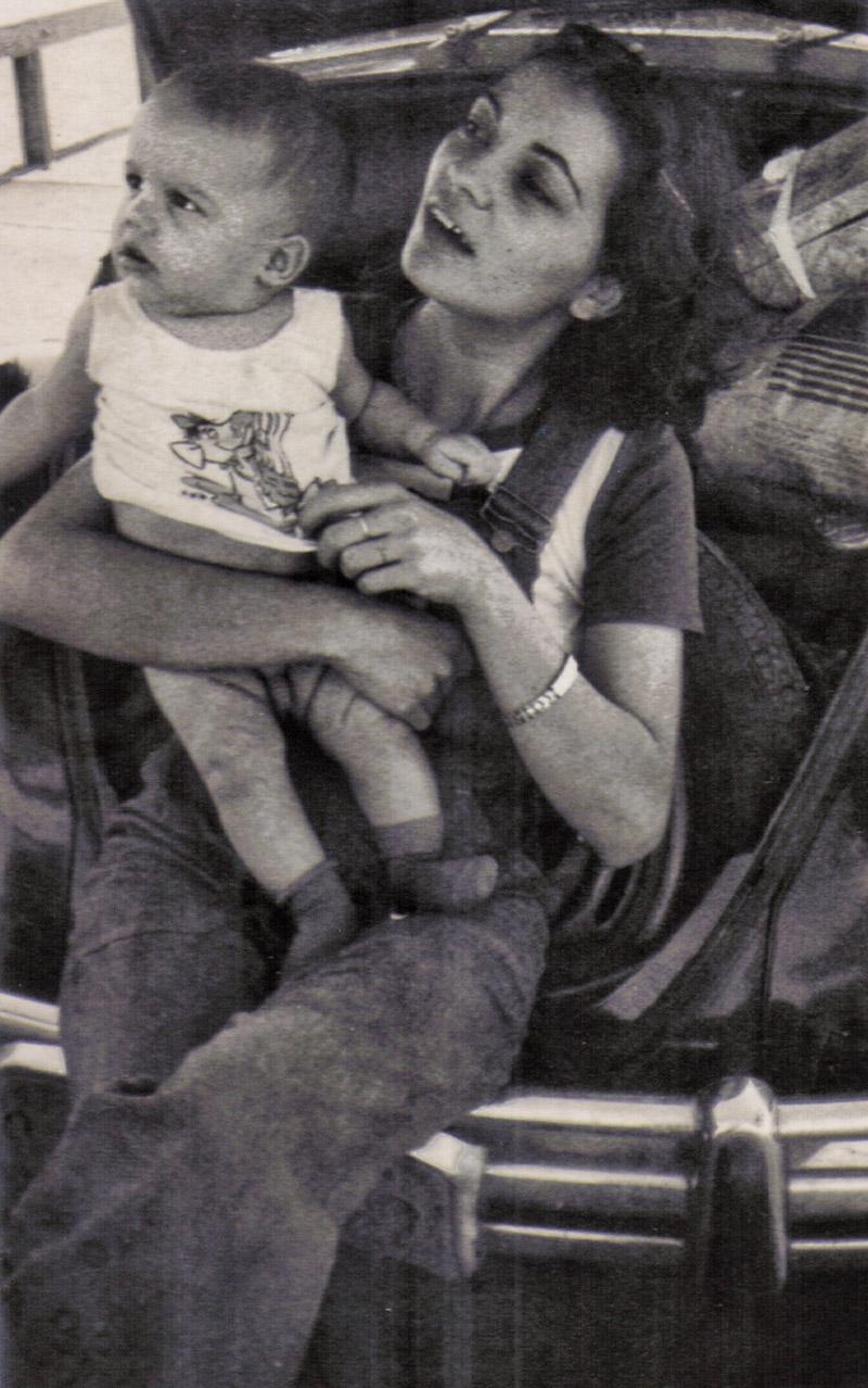 """Com 1 ano, no colo da mãe: """"Ela é jovem e viva até hoje. Acho que herdei minha intensidade dela"""""""