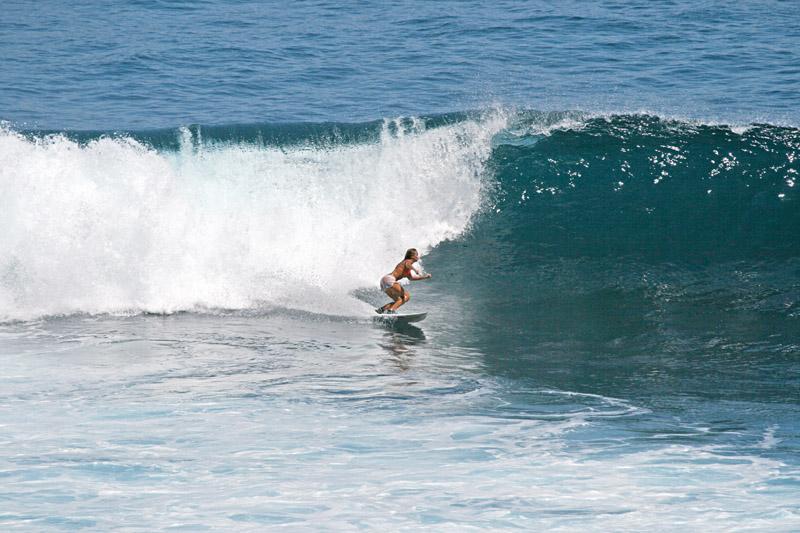 Carol encarando as ondas de Uluwatu