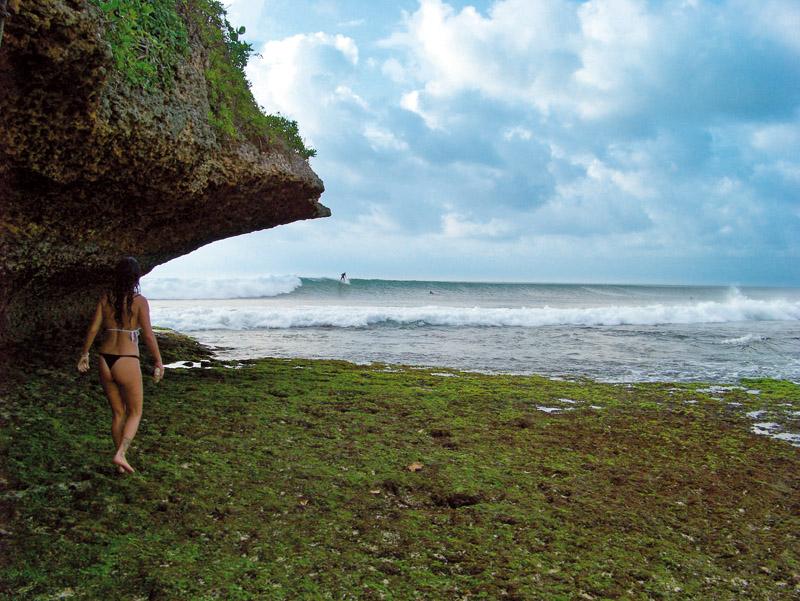 Andando sobre o coral da praia de Balangan