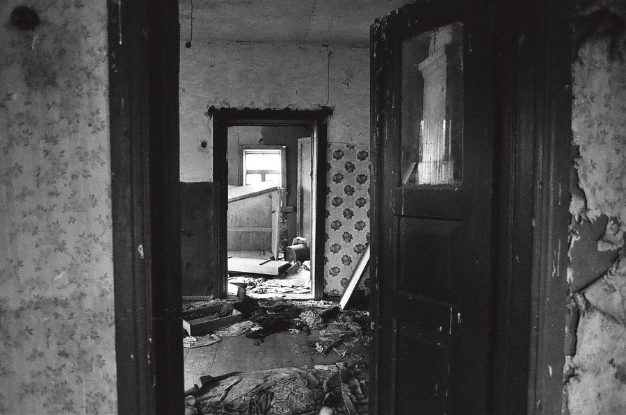 """Retratos de Chernobyl: para """"fotografar"""" a radioatividade, Alice adotou as """"autorradiografias"""", filmes de 30 x 40 centímetros que registram a contaminação do ambiente após longo tempo de exposição"""