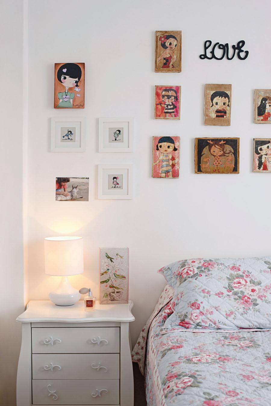 No quarto de Mirna, a parede é cheia de quadrinhos trazidos de viagem a Amsterdã, um é de Jana Magalhães. O abajur é da Etna