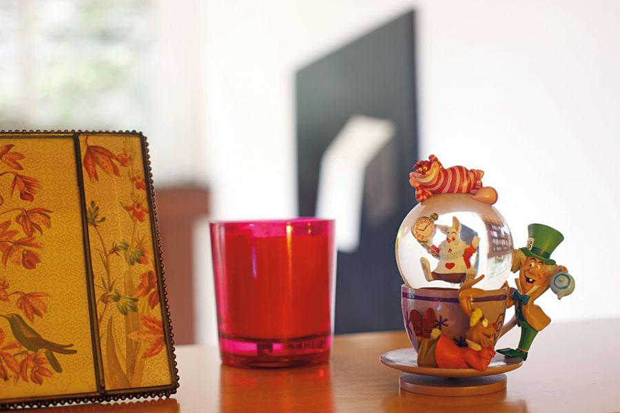 O globo de vidro faz parte da coleção de Mirna de objetos de Alice no País das Maravilhas, que é recheada também de livros, bonecas e filmes
