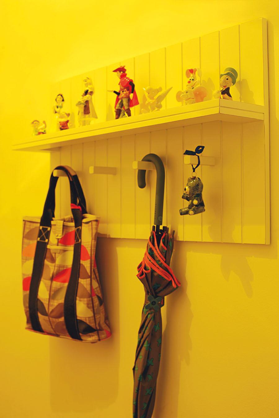 Os personagens foram comprados na Disney do Japão, o guarda-chuva é da Alice Disse e a bolsa, da marca inglesa Orla Kiely