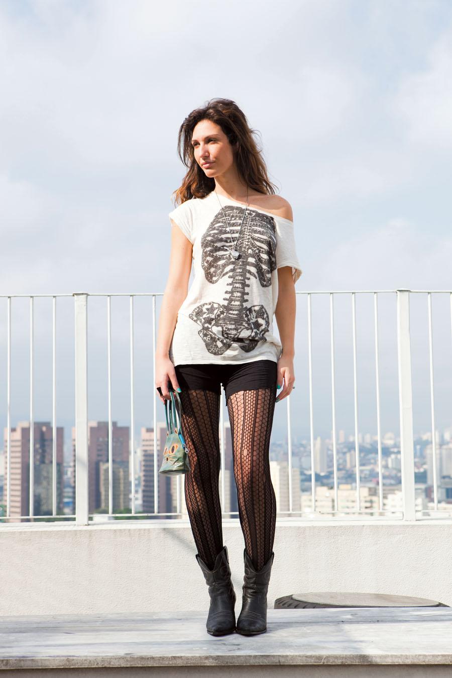 sexta-feira 5/3 às 13h Camiseta Zara Short da feira Benedito Calixto Meia-calça TriFill Bota Corello Bolsa de lojinha em Atenas Anel e colar Access