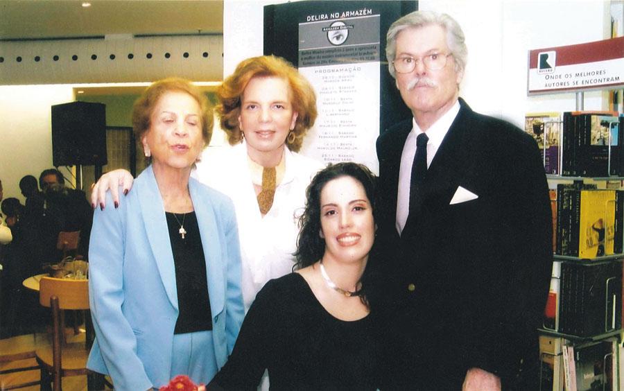 Aos 29 anos, em 2006, com os pais e a tia (de azul), no lançamento do livro O Intolerável Peso da Feiura, no Rio de Janeiro