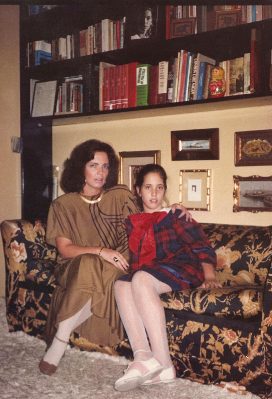 Aos 10 anos, com a mãe e psicanalista, Junia, em uma das bibliotecas da casa