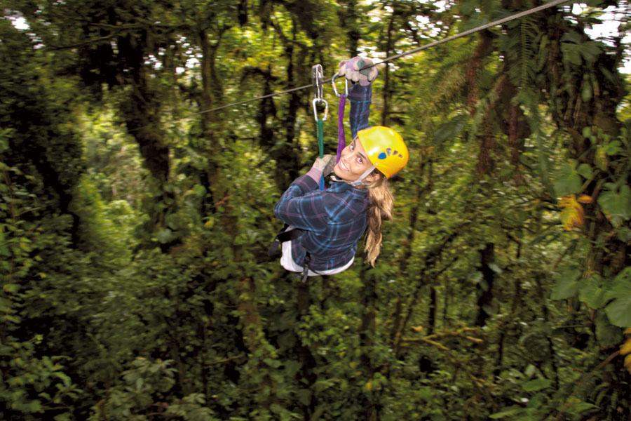 Em Monteverde, Layla em uma das 13 tirolesas da floresta