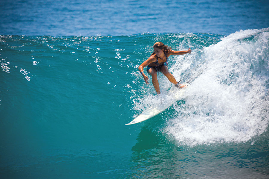 Layla dropando uma onda, em Mal País