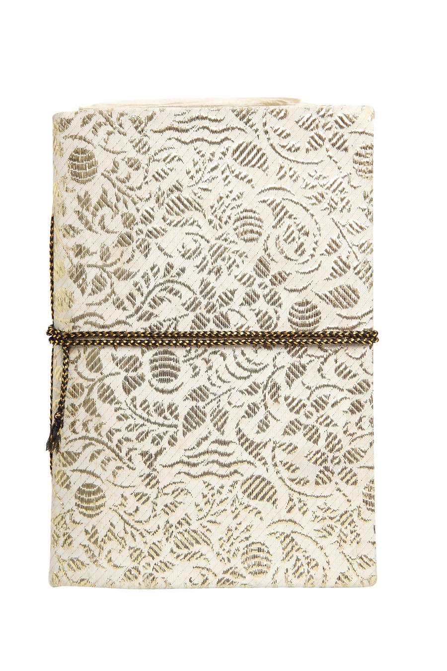 Caderno - Tenho sempre vários, escrevo muito.