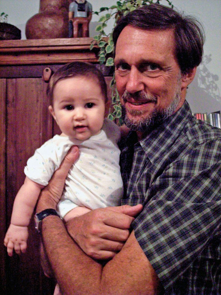Jorge Bodanzky, pai de Laís, com a neta Mariá, que hoje tem 5 anos