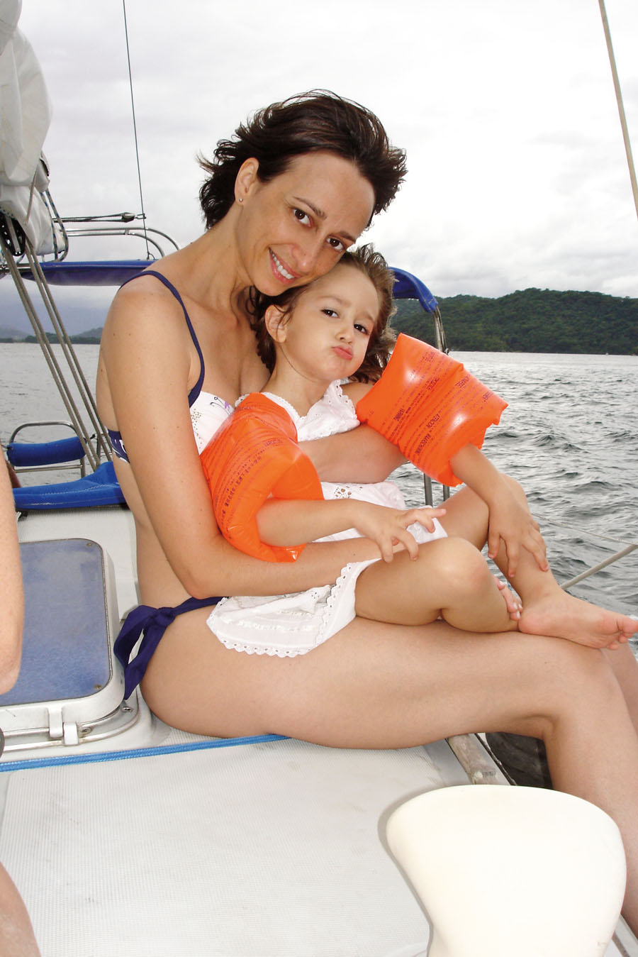 Com Mariá, que hoje tem 5 anos, no barco do pai, em Angra dos Reis