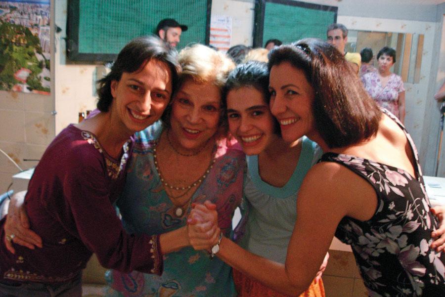 Com Tônia Carrero, Maria Flor e Cássia Kiss no set de Chega de Saudade, em 2006