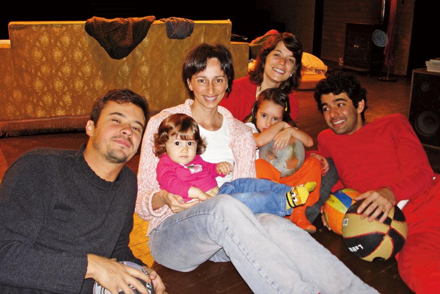 Com o elenco da peça Essa Nossa Juventude e as filhas, em 2005