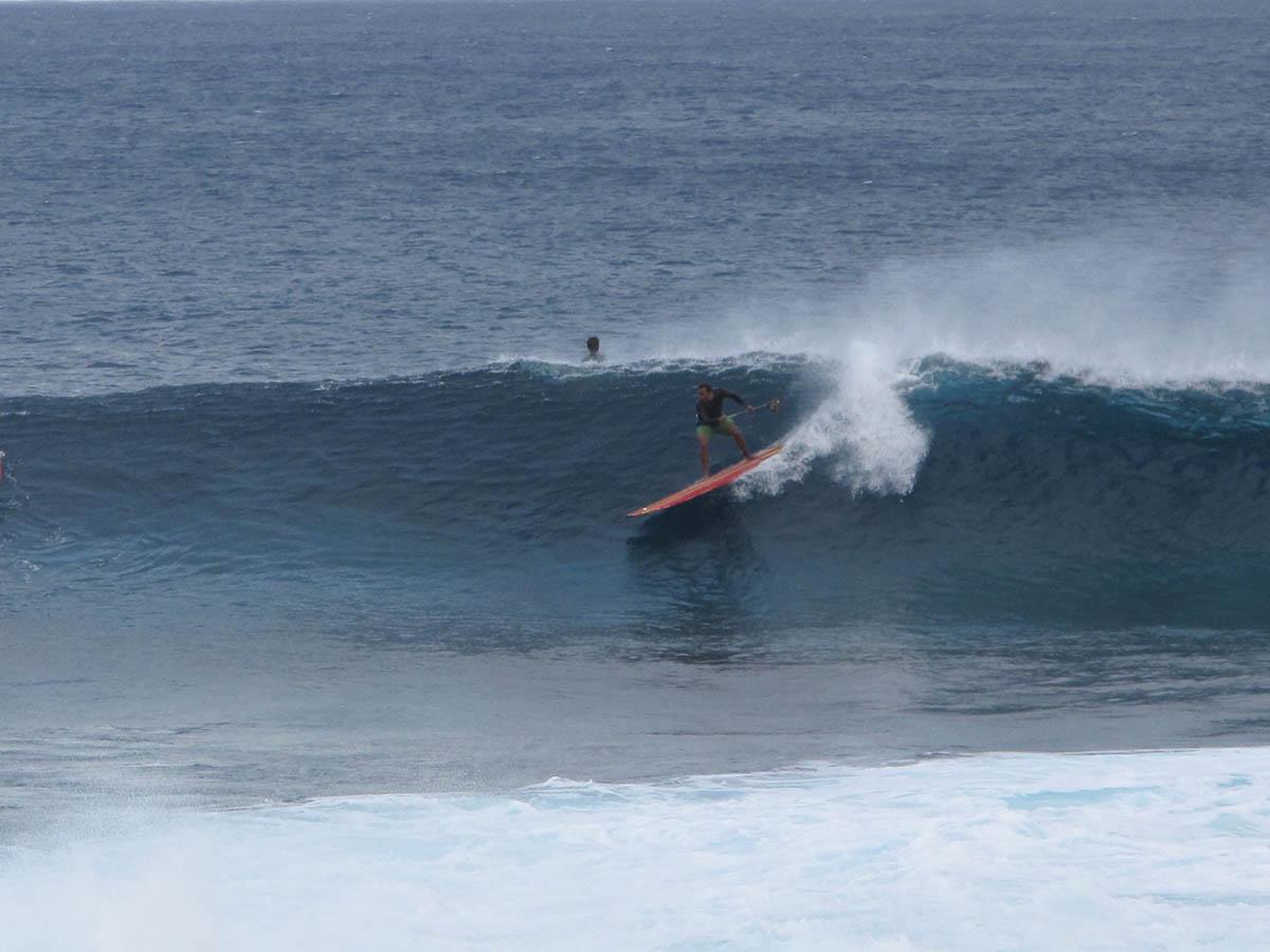 Wilo, um dos locais mais respeitados do pico, instantes antes de cair e perder suas pranchas nas pedras de corais e ouricos!