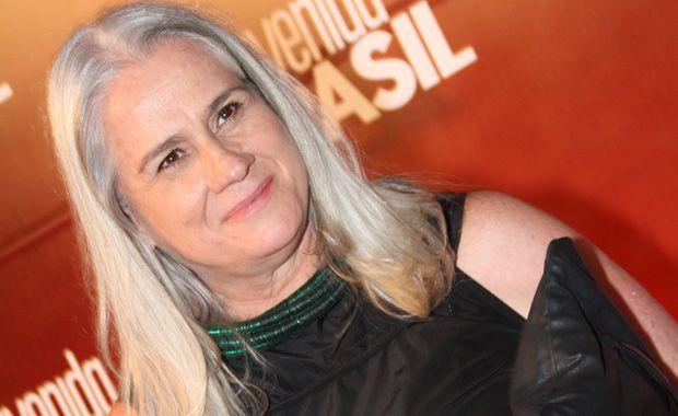 Vera Holtz, que interpreta a sofrida Mãe Lucinda, na novela Avenida Brasil, também não é muito fã de química e quando o trabalho permite ela prefere mantê-los ao natural