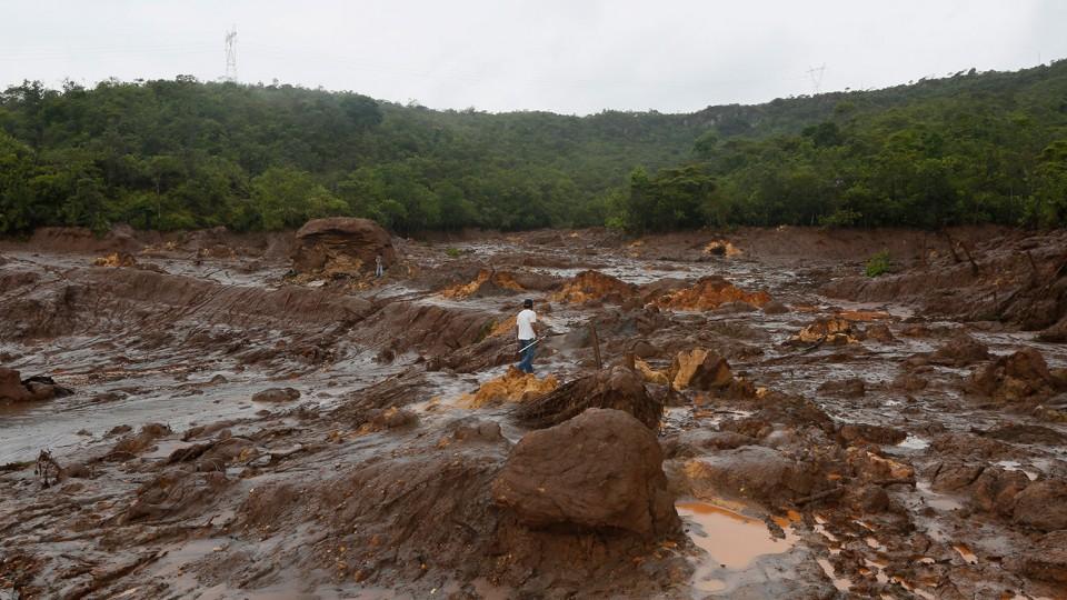 Misturada a vários tipos de minérios, a lama endureceu e ficou rígida como concreto.