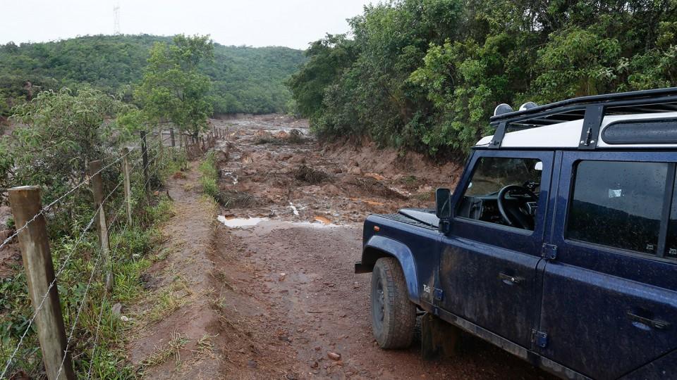 Estrada fechada em Mariana.