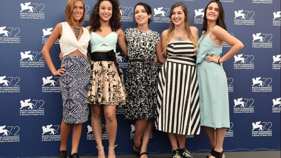 A diretora  em Veneza cercada por suas quatro atrizes: Julia Roliz, Mariana Oliveira, Dora Freind e Valentina Herszage