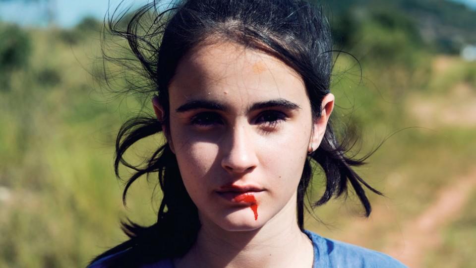 A atriz Valentina Herszage, que vive a protagonista Bia, em cena de Mate-me por favor